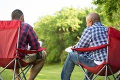 Mång--person som tillhör en etnisk minoritet grupp av vänner som talar och har en bibelstudie Royaltyfri Foto