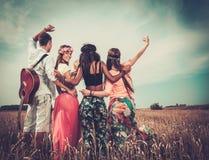 Mång--person som tillhör en etnisk minoritet hippievänner med gitarren royaltyfri foto