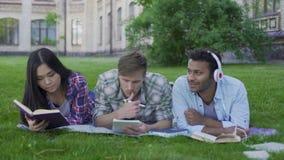 Mång--person som tillhör en etnisk minoritet lag som kopplar av och att tycka om underbar tidsfördriv på universitetsområde, samh stock video