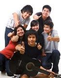 mång- posera tonåringar för folkgrupp tillsammans royaltyfri bild