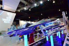 Mång--roll för UAC Sukhoi SU-35 kämpe och andra modeller på skärm på Singapore Airshow Royaltyfria Bilder