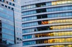 Mång- storeybyggnad Abstrakt textur av blått glass modernt av Arkivfoton