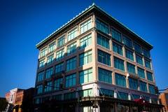 Mång--Storied kontorsbyggnad med färgfönster royaltyfria foton