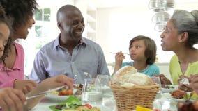 Mång- utvecklingsafrikansk amerikanfamilj som hemma äter mål lager videofilmer