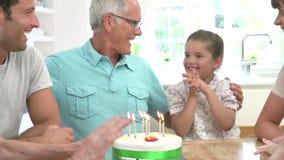Mång- utvecklingsfamilj som firar farfars födelsedag arkivfilmer