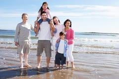 Mång- utvecklingsfamilj som har gyckel på strandferie Fotografering för Bildbyråer