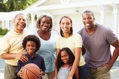 Mång- utvecklingsfamilj som spelar basket tillsammans Arkivfoto