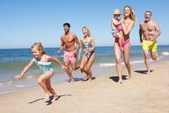 Mång- utvecklingsfamilj som tycker om strandferie Royaltyfria Foton