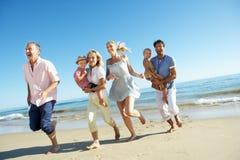 Mång- utvecklingsfamilj som tycker om strandferie Arkivfoton