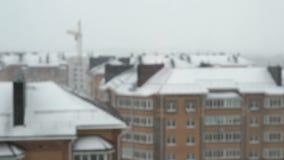 Mång--våning bostads- hus Det snöade Vinter stock video