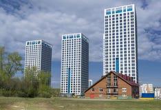 Mång--våning bostads- hus i sommaren Arkivfoton