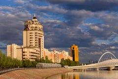 Mång--våning bostads- komplex på invallningen i Astana, huvudstaden av Kasakhstan royaltyfri foto
