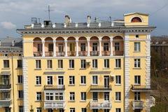 Mång--våning byggnad av gul färg royaltyfria bilder