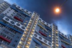 Mång--våning byggnad i framtiden och en ficklampa som solen Royaltyfri Bild