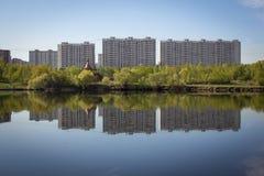 Mång--våning byggnader reflekteras i vattnet Fotografering för Bildbyråer