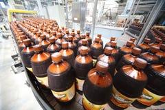 Många ölflaskor i den Ochakovo fabriken Arkivfoton