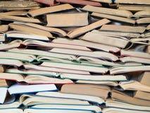 Många öppnade gamla och använda inbunden bokböcker eller textböcker Böcker och läsning är nödvändiga för självförbättring och att royaltyfri bild