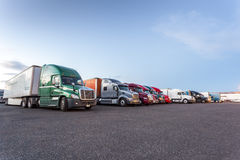 Många amerikanlastbilar på parkeringsplats Arkivfoto
