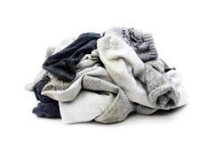 Många använda sockor som isoleras på vit Arkivbild