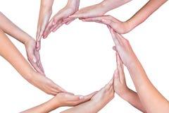 Många armar av barn med händer som gör cirkeln arkivbilder