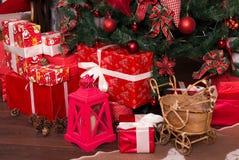 Många askar med julgåvor under julgranen Arkivfoto