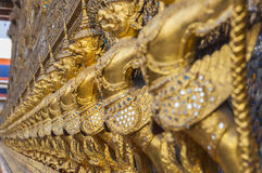 Många av den guld- garudastatyn runt om buddistkyrkan, Wat Phra Ke Royaltyfri Foto