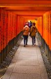 Många av röda Torii i Japan: Fujimi Inari på Kyoto Arkivfoton
