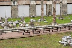 Många bänkar och fördärvar nära dem i staden av Rome royaltyfri foto