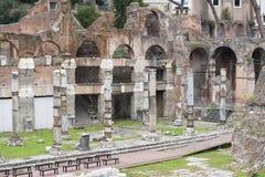 Många bänkar och fördärvar nära dem i staden av Rome arkivfoto