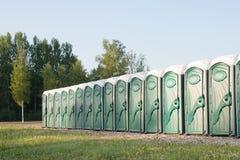 Många bärbara toaletter Arkivfoto