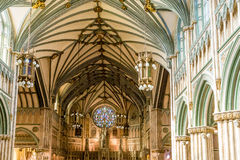 Många bågar i kyrklig inre Royaltyfria Bilder