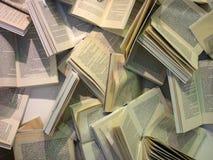 Många böcker i kaoset Arkivfoton
