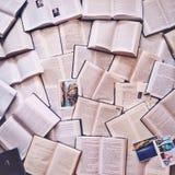 Många böcker lägger på jordningen Några vykort här för Royaltyfria Foton