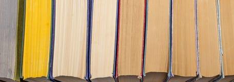 Många böcker som bakgrund Arkivfoto