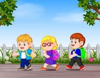 Många barn går bort till skolan vektor illustrationer