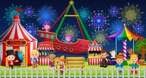 Många barn och folkarbetare som har gyckel i karneval på natten stock illustrationer