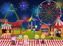 Många barn och folkarbetare som har gyckel i nöjesfält på natten stock illustrationer