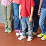Många barn som tillsammans står i en grupp Arkivbilder