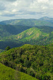 Många berg och molnigt Royaltyfri Fotografi