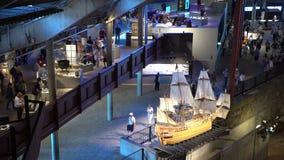 Många besökare till inre av det maritima Vasamuseet i Stockholm stock video