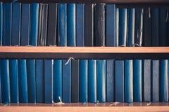 Många biblar i bokhyllan - bibel i kyrka, arkivbild
