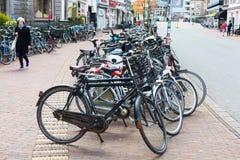 Många bicyces som parkeras i gatan, Holland stad Leiden Fotografering för Bildbyråer
