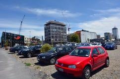 Många bilar i en parkeringsplats i i stadens centrum Christchurch - Nya Zeeland Royaltyfria Bilder
