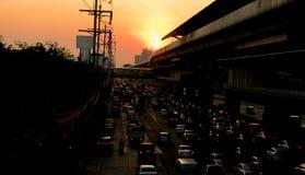 Många bilar på vägturen returnerar aftonljus Royaltyfria Foton