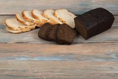 Många blandade bröd och rullar av bakat bröd på trätabellbakgrund Royaltyfria Bilder