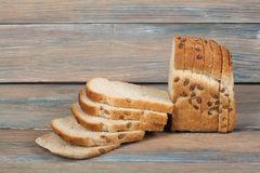 Många blandade bröd och rullar av bakat bröd på trätabellbakgrund Arkivfoto