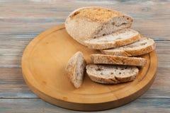Många blandade bröd och rullar av bakat bröd på trätabellbakgrund Arkivbild