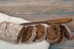 Många blandade bröd och rullar av bakat bröd på trätabellbakgrund Royaltyfri Bild