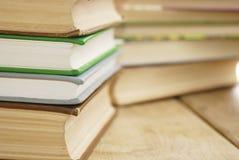 Många bokar på bordlägga Arkivfoton