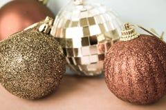 Många bollar för jul för xmas för olik mångfärgad skinande jul dekorativa härliga festliga, julgranleksakerbakgrund arkivfoto